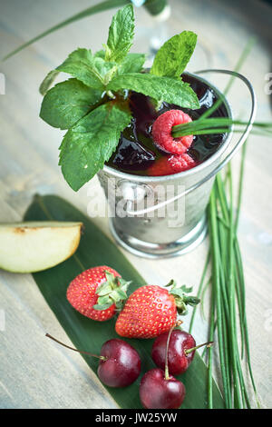 Sangria rafraîchissante ou d'un poinçon de fruits dans le verre et pincher jpg