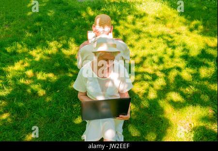 Le vieux couple heureux à l'été, lors d'une promenade Banque D'Images