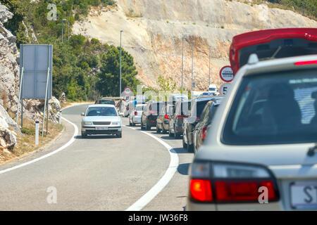 NEUM, Bosnie-herzégovine - Juillet 16, 2017: voitures attendent en ligne vers la frontière entre la Bosnie-Herzégovine et la Croatie à Neum, Bosnie-et-Herzégovine.