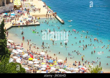 NEUM, Bosnie-herzégovine - le 16 juillet 2017: une vue sur le front de mer de la ville et les gens de la baignade et du farniente sur la plage à Neum, Bosnie-Herzégovine