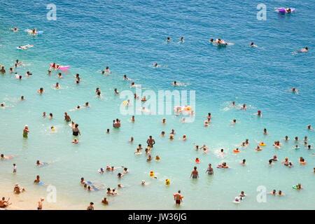 NEUM, Bosnie-herzégovine - Juillet 16, 2017: Le point de vue des personnes nager et bronzer sur la plage de la ville de Neum, Bosnie-et-Herzégovine.
