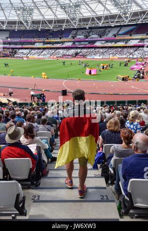 Londres, Royaume-Uni. 11 août 2017. Un supporter allemand marche à son siège à la London Stadium, le huitième jour Banque D'Images