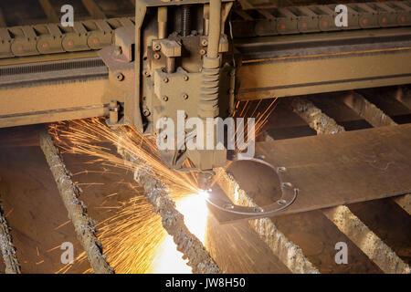 Machine de découpe plasma CNC pendant le fonctionnement. Banque D'Images