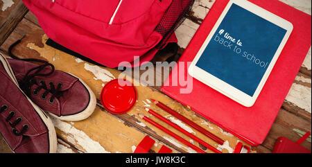 Retour à l'école texte présentant de l'hashtag contre high angle view de sac avec des chaussures sur la table et Banque D'Images