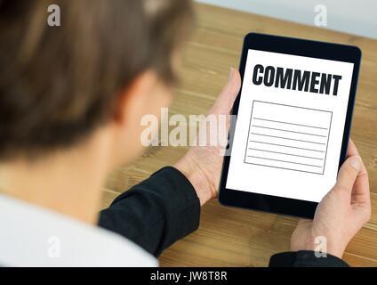 Commentaire de texte et graphique sur écran de tablette avec les mains Banque D'Images
