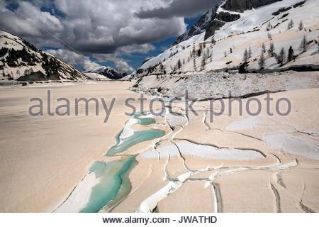 Alimenté par le glacier de la Marmolada di Lago couvertes de glace,col Fedaia est colorée par le sable du désert Banque D'Images