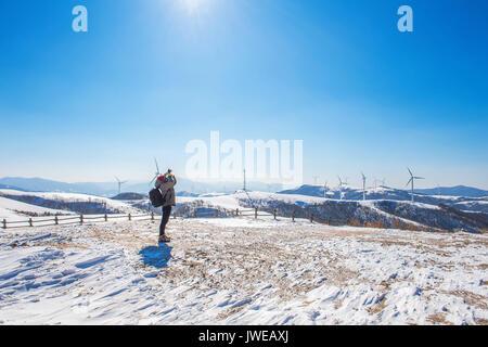 Photographe professionnel prend des photos avec l'appareil photo en paysage d'hiver. Banque D'Images