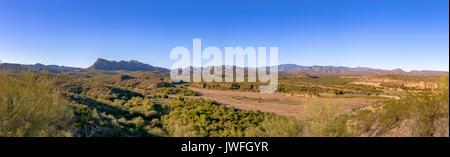 Arizona désert vue panoramique d'un lit de la rivière. Hors piste en Arizona Banque D'Images
