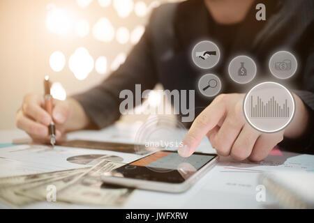 Business man calculateFinancial Rapport de planification dans une feuille de calcul .Internal Revenue Service contrôle Banque D'Images