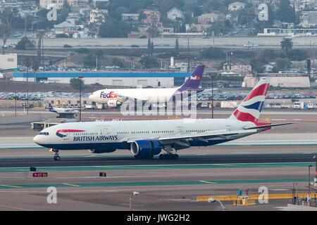 British Airways Boeing 777-236/ER G-YMMU arrivant à l'Aéroport International de San Diego. Banque D'Images