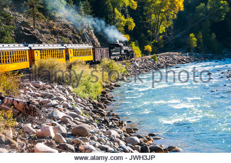 K-36 class no. 486 par l'Animas River sur le Durango & Silverton Narrow Gauge Railroad, Colorado, USA. Banque D'Images