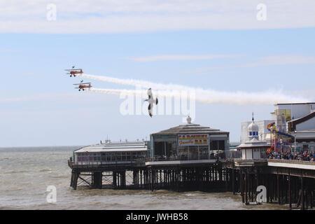 Blackpool Lancashire, Royaume-Uni. 12Th Aug 2017. Breitling wing walkers Stearman battant avec les Seagull sur North Pier Crédit: David Billinge/Alamy Live News