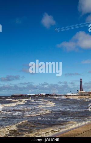 Blackpool, Lancashire, Royaume-Uni. 12Th Aug 2017. L'équipe de démonstration aérienne des lames de plus de la Blackpool Tower Crédit: Russell Millner/Alamy Live News