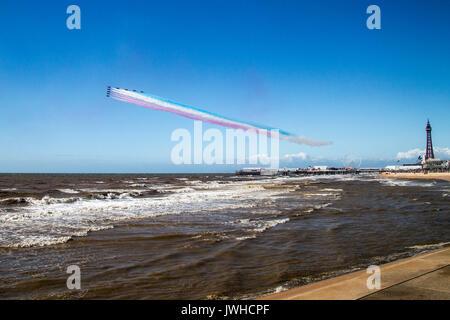 Blackpool, Lancashire, Royaume-Uni. 12Th Aug 2017. RAF Des flèches rouges sur le point de terminer leur affichage à Blackpool et au départ. Credit: Russell Millner/Alamy Live News