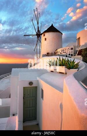 Moulin à Oia Village le soir, Santorini, Grèce Banque D'Images