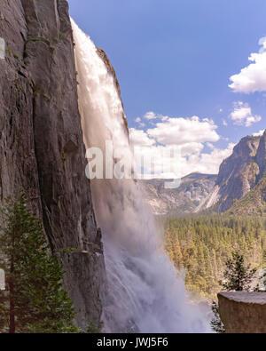 Yosemite Falls de près et tourné d'un angle unique dans une zone humide. Lower Falls à Yosemite avec vue sur la Banque D'Images