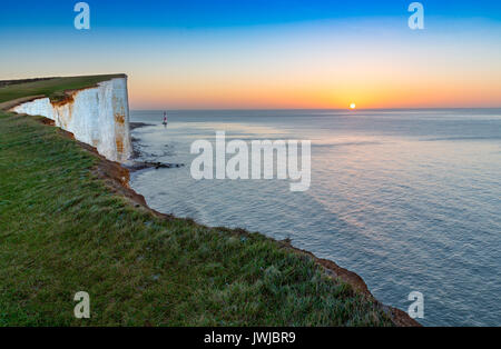 Beachy Head Light House et falaises de craie au lever du soleil, Sussex, England, UK Banque D'Images