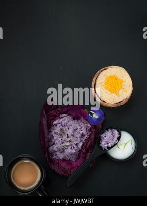 Pois bleu Thai riz gluant au lait de coco crème dessert thaïlandais stylisme culinaire asiatique