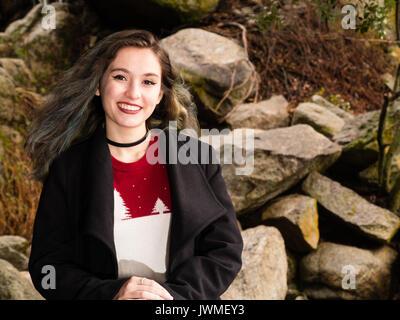 Portrait of a pretty smiling teenage girl in pull et manteau noir dans la nature