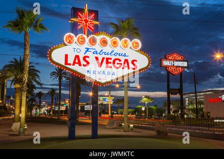 """L'emblématique 'Welcome to Fabulous Las Vegas"""" en néon accueille les visiteurs à Las Vegas voyageant au nord sur le Strip de Las Vegas."""
