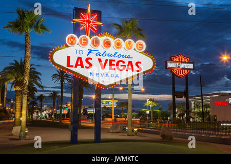 """L'emblématique 'Welcome to Fabulous Las Vegas"""" en néon accueille les visiteurs à Las Vegas voyageant au nord sur Banque D'Images"""