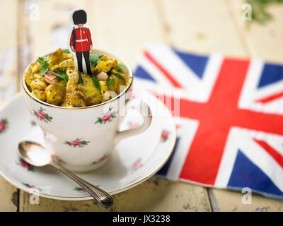 Poulet du couronnement de tasse de thé et garde royale et union jack serviette Banque D'Images