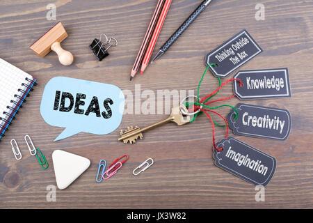 Concept d'idées. La clé du succès sur un bureau en bois 24. Banque D'Images