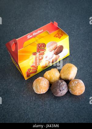 (Trous de beignes Timbits, des trous de beignes de Tim Hortons, une populaire chaîne de restauration rapide canadienne. Banque D'Images