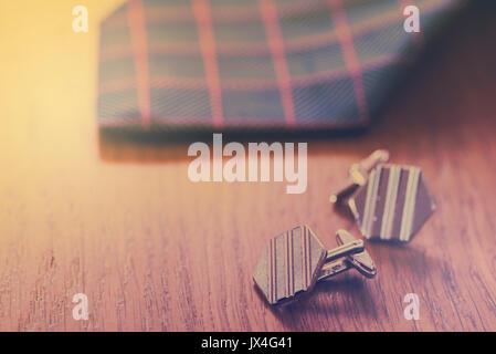 Vêtements pour hommes, cravate, boutons de manchette, avec un aspect vintage. Voir aussi JWJ9NG Banque D'Images