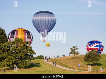Ballons à air chaud à l'atterrissage à Ashton Court après l'ascension de masse Somerset du site de lancement au cours de la Bristol Balloon Fiesta 2017