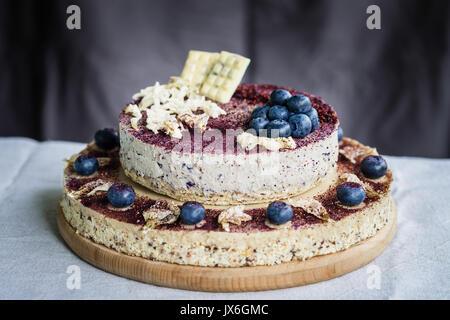 Blueberry cheesecake, des matières premières avec décoration de fleurs séchées et de baies fraîches. Dessert à la Banque D'Images