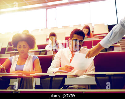 Professeur donnerait des tests pour les élèves de l'exposé Banque D'Images