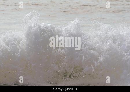 Beach les vagues déferlent vers la rive sur un été chaud matin Banque D'Images