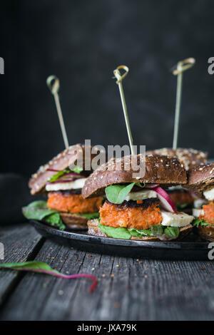Tofu burger végétarien carottes curseurs servi sur iron skillet. Vue rapprochée, tonique libre Banque D'Images