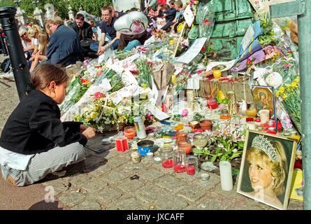 Jeune fille en deuil à l'extérieur du palais de Buckingham le jour de l'enterrement de la princesse Diana. 6 Septembre Banque D'Images
