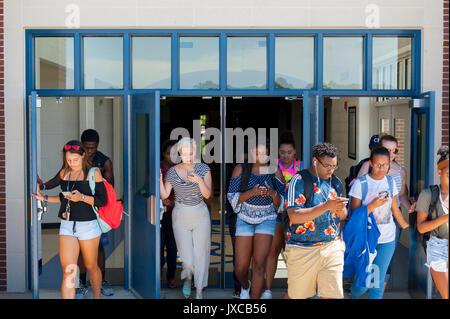 Enfants adolescents toxicomanes et à regarder leur téléphone Banque D'Images