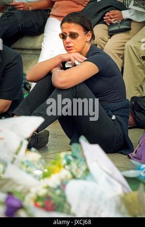La mort de la princesse Diana a envoyé le monde en grand deuil. En DEUIL Le deuil à l'extérieur du palais de Buckingham Banque D'Images