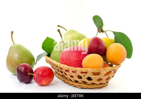 Composition de fruits en osier - panier en bois avec l'ensemble des fruits mûrs - poires, prunes, abricots et pommes Banque D'Images