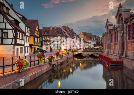 Ville de Colmar. Cityscape de droit du centre-ville de Colmar, France pendant le coucher du soleil. Banque D'Images
