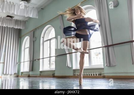 Ballet Dancer in hall Banque D'Images