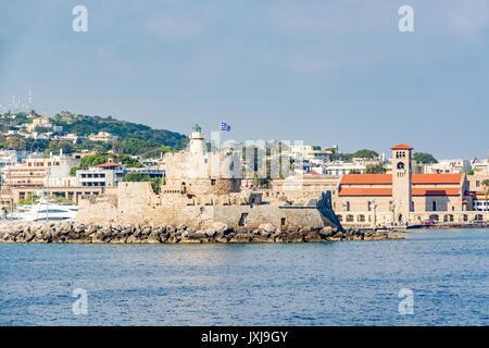 Agios Nikolaos forteresse (Fort de Saint Nicolas) et les usines à la vieille ville de Rhodes, vue de la mer, l'île Banque D'Images