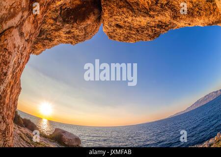 Avis de: caves pour le coucher du soleil sur l'île de Zakynthos en Grèce Banque D'Images