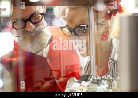 Quirky vintage couple vitrine d'en ancien emporium Banque D'Images