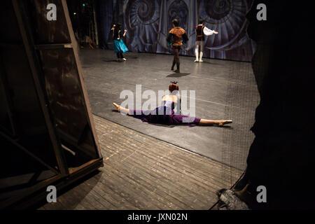 Ballet, Théâtre, arrière-plan. sur backstage théâtre de répétitions, les danseurs sont habillés en costume de ballerine Banque D'Images