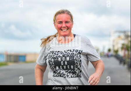 Femme d'âge moyen de l'embonpoint s'exécutant en tant que partie de plan pour perdre du poids et se mettre en forme, Banque D'Images