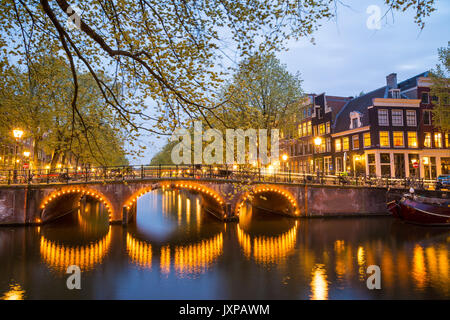 L'un des célèbre canal d'Amsterdam, Pays-Bas, au crépuscule. Banque D'Images