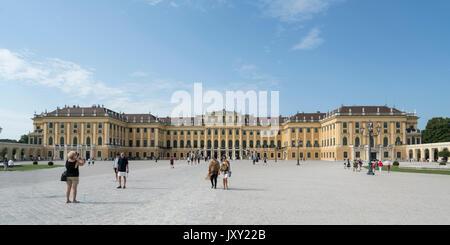 Une vue extérieure du palais Schönbrunn à Vienne Banque D'Images