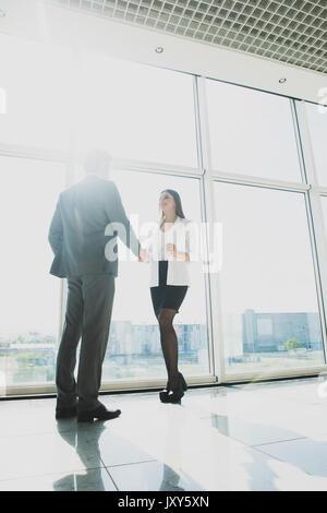 Entreprise, d'équipe, la coopération et les gens concept - business people shaking hands over windows bureau panoramique Banque D'Images