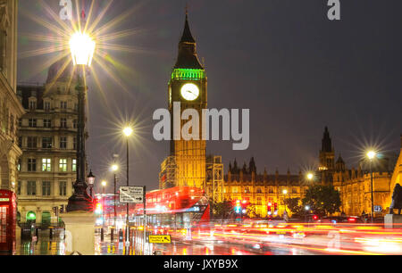 La tour de Big Ben à rainy night, London, Royaume-Uni. Banque D'Images