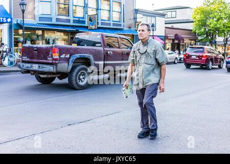 Bar Harbor, États-Unis - le 8 juin 2017: Perdu'man holding map crossing trottoir rue au centre-ville de village en été sur la route principale